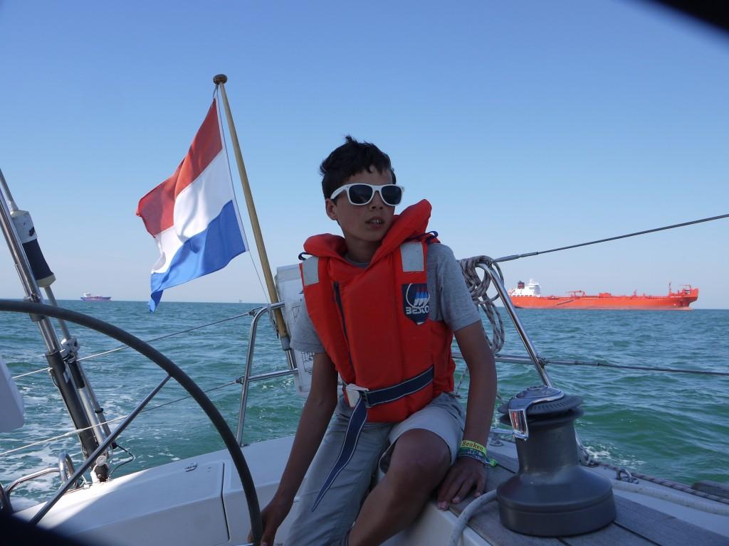 Pieter aan het roer op de Noordzee