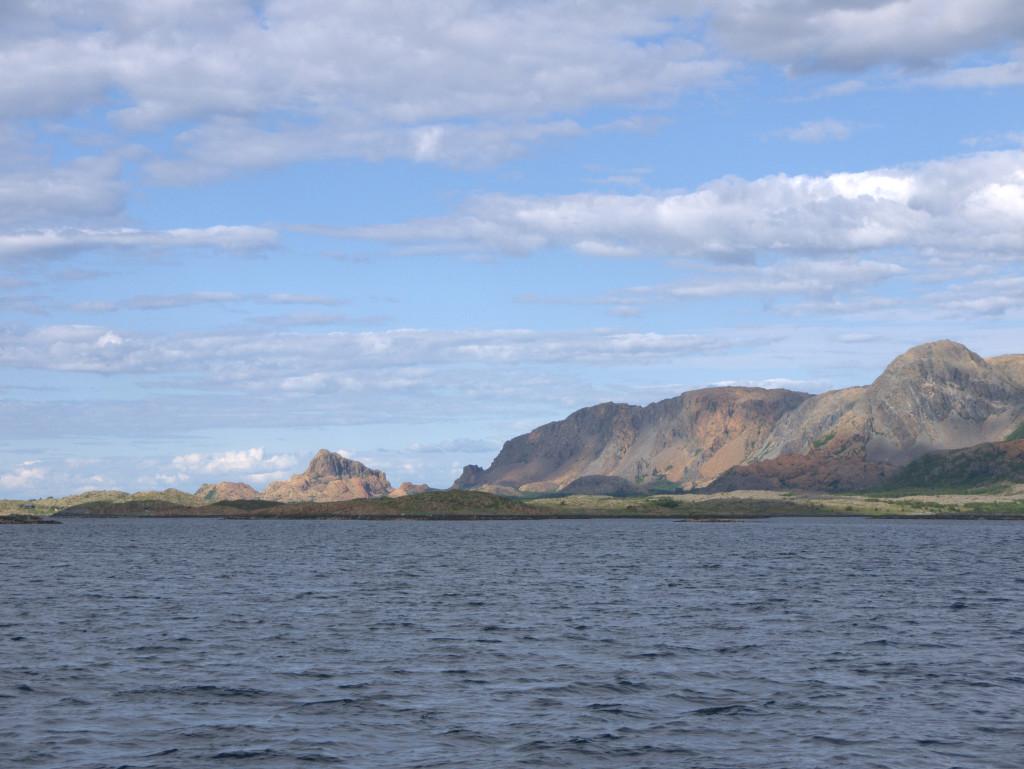 Fraai gekleurde rotsen bij Leka