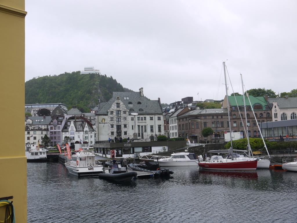 De haven van het jugendstil stadje Alesund