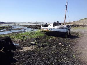 Bootje in staat van ontbinding westkust Guernsey