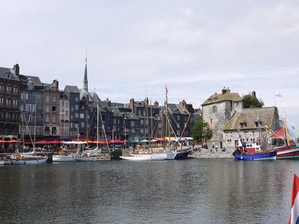 Zicht op La Lieutenance vanuit de haven, Honfleur.