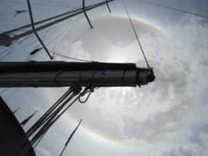 Zo'n mooi halo hebben we nog nooit gezien. De giek schermt de zon af zodat we hem kunnen fotograferen
